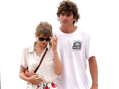 Taylor Swift Tak Kuat Pacaran Jarak Jauh