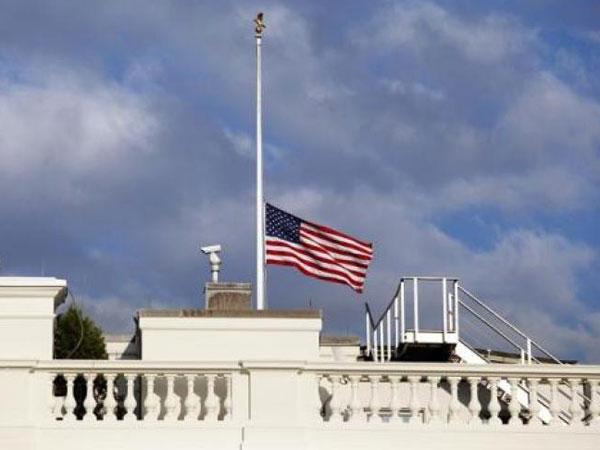Kegalauan Donald Trump dari 'Turun-Naiknya' Bendera Duka Senator John McCain di Gedung Putih