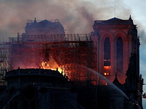 Detik-Detik Menara Gereja Katedral Notre Dame Paris Runtuh Saat Kebakaran