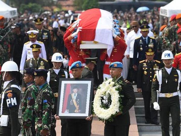 Berbagai Poin Pidato Jokowi di Pemakaman Habibie: Selamat Jalan Mr. Crack