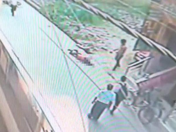 Warga Tak Peduli Seorang Wanita Ditikam Puluhan Kali di Jalan, Netizen Hujat India