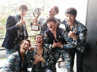 Shinhwa Raih Triple Crown Pertama Kalinya di M Countdown Setelah 10 Tahun!
