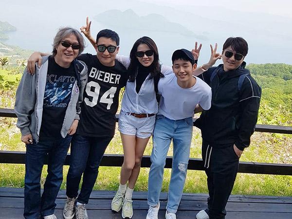 Son Ye Jin Bagikan Momen Seru Liburan Bareng Jung Hae In dan Staf Drama 'Something in the Rain'