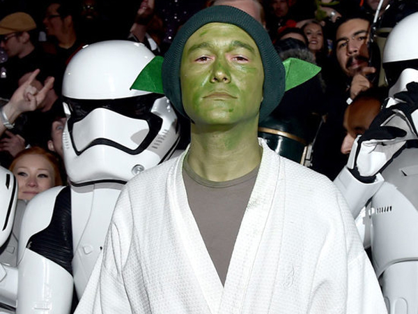 Ngefans Berat, Joseph Gordon-Levitt Tampil a La Yoda di Premiere Star Wars