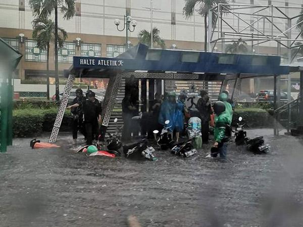 Kawasan Senayan Hingga Sejumlah Pintu Masuk MRT Tertutup Banjir, Kini Sudah Surut