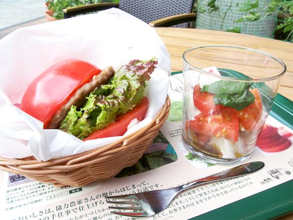 Segar dan Sehat, Burger di Jepang Ini Ganti Roti dengan Tomat Super Besar