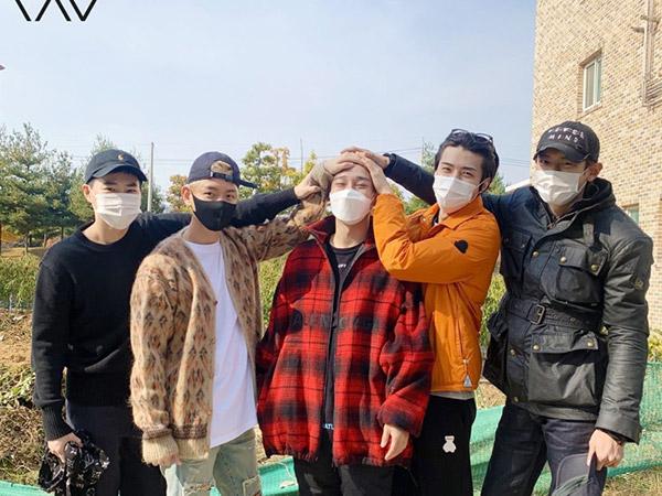 Chen Masuk Wajib Militer Diantar Member EXO, Fans Terharu