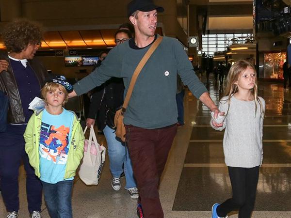 Serunya Chris Martin Ajak Kedua Anaknya Nyanyi di Atas Panggung Bersama Coldplay