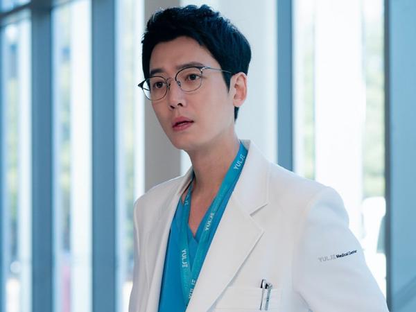 Karakter Jung Kyung Ho Makin Memesona di Drama 'Hospital Playlist 2'