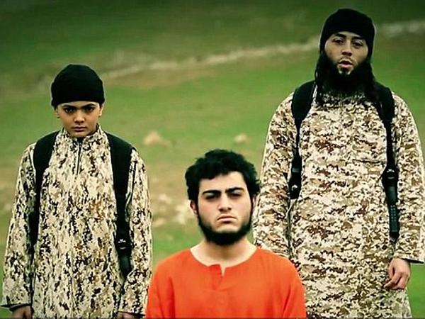 Seorang Anak Laki-laki Terlihat Ikut Mengeksekusi Mati Tahanan ISIS