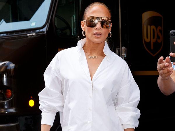 Penampilan Nyentrik Nan Seksi Jennifer Lopez, Tak Pakai Celana atau Malah 'Kedodoran'?