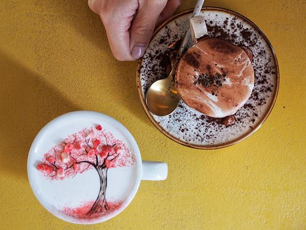 Nikmati Kopi Lukis Unik Buatan Barista Oppa Tampan di C Through Cafe