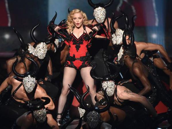 Duh, Madonna Jatuh di Panggung Ditarik Penari Latarnya Sendiri!