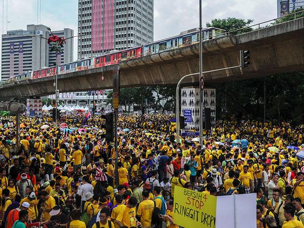 Tuntut PM Najib Mundur, Ribuan Rakyat Malaysia Turun Ke Jalan