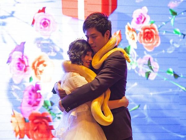 Bukan Bertukar Cincin, Pasangan Ini Malah Tukar Ular Piton Saat Menikah!