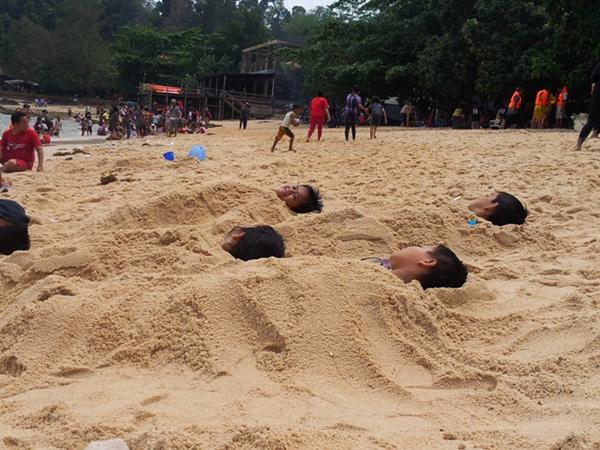 Duh, Ternyata Mengubur Diri dalam Pasir Pantai Bisa Buat Diare!