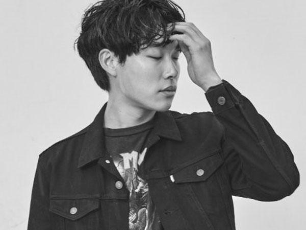 Ryu Jun Yeol Berpose Sambil Hayati Perannya di Foto 'Glory Day' Terbaru