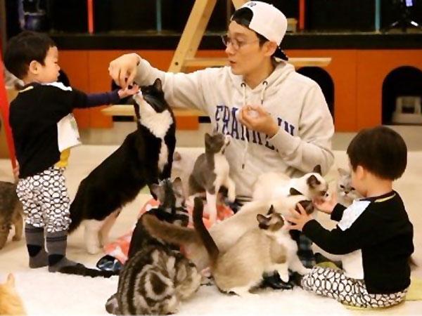 Lucunya Ketika Lee Hwi Jae Ajarkan Si Kembar Seoeon & Seojun Mengurus Kucing