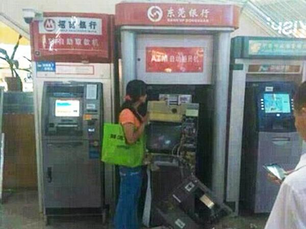 Kesal Tidak Bisa Ambil Uang, Wanita Ini Bongkar Paksa Mesin ATM!