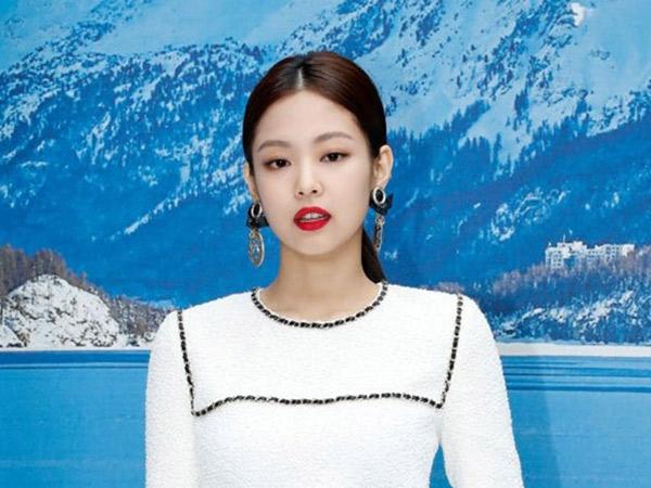 Simple yet Stylish, Jennie BLACKPINK Cantik dalam Balutan Mini Dress Putih di Chanel PFW 2019