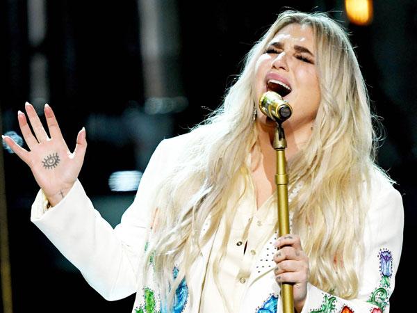 Tampil Memukau di Grammy, Kesha Banjir Pujian dari Sesama Penyanyi!