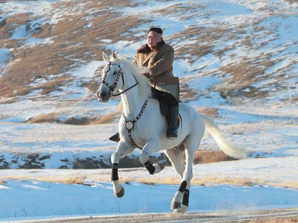 Korea Utara Rilis Foto Kim Jong Un Berkuda Putih di Lokasi 'Langganan' Sebelum Operasi Besar?