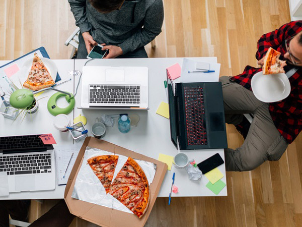 Lakukan Cara Ini Untuk Cegah Penularan COVID-19 Saat Makan Siang di Kantor