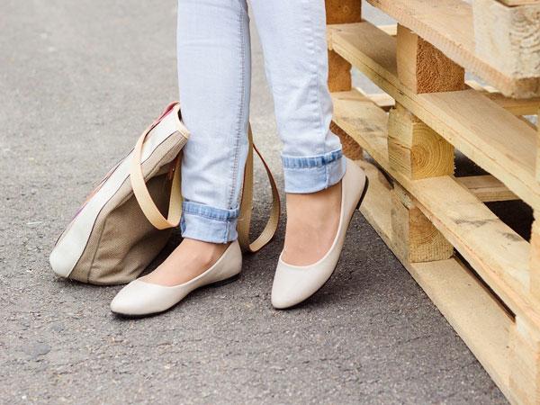 Meski Nyaman, Terlalu Lama Pakai Flat Shoes Ternyata Punya Dampak Buruk