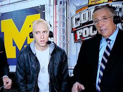 Tampil di Acara Olahraga, Rapper Eminem Melamun Hilang Kata-Kata