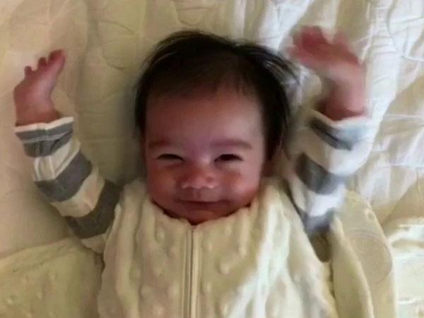 Gemasnya Aksi Bayi Dalam Selimut Ini yang Menginspirasi Orang Bangun Pagi