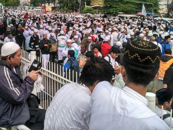 Liput Aksi 112, Wartawan Metro TV Dipukul Hingga Diludahi