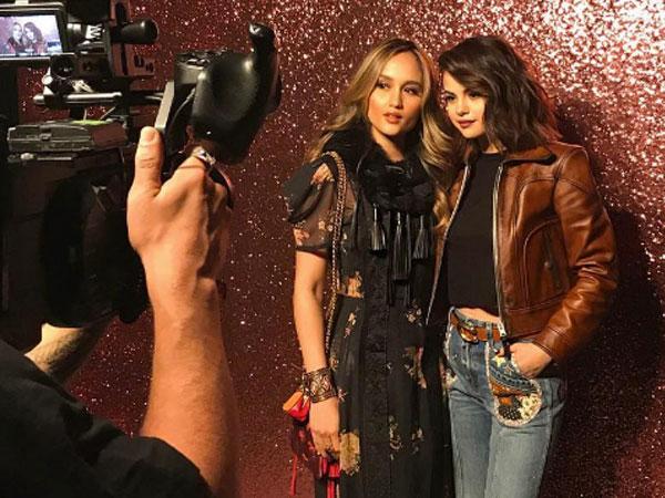 Cinta Laura Pamer Keakraban Bareng Selena Gomez