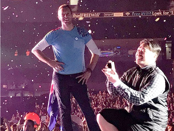 Heboh Penonton Indonesia Lamar Kekasih di Atas Panggung Konser Coldplay!