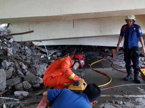 Sedang Renovasi, Gedung di Penjaringan Tiba-Tiba Ambruk Menimbun 2 Orang