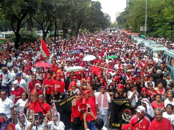 #IndonesiaBhinneka Puncaki Trending Topic, Sosok Relawan Ini Curi Perhatian Netizen