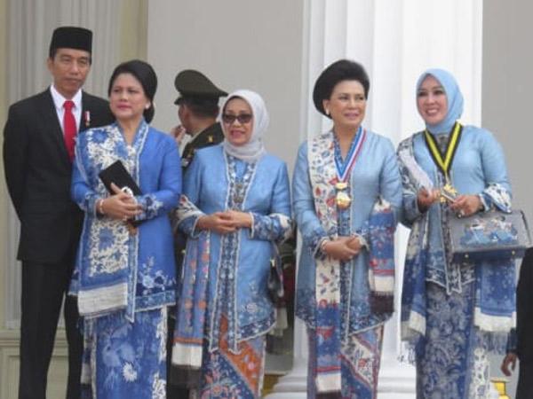 4 Istri Orang Penting di Indonesia Ini Tampil Cantik nan Elegan dengan Busana Serba Biru