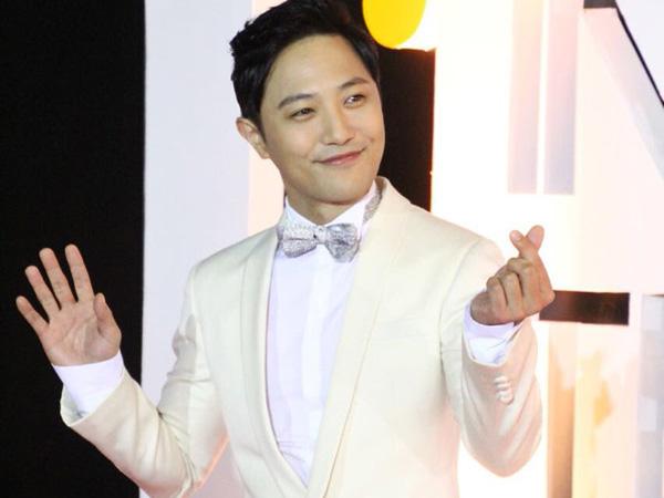 Kenakan Setelan Jas Putih, Tampannya Jin Goo di Red Carpet 'Indonesian Television Awards'