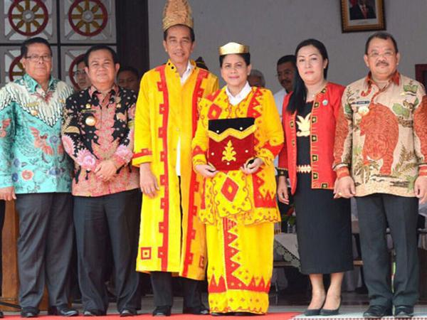 Kunjungan Kerja Jokowi Dihebohkan Oleh Pakaian Adat Super Meriah