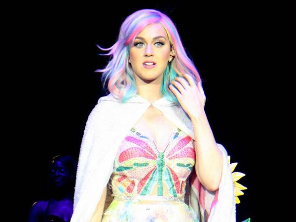 Ditimpuk Lolipop oleh Penonton, Katy Perry Jatuh di Panggung!