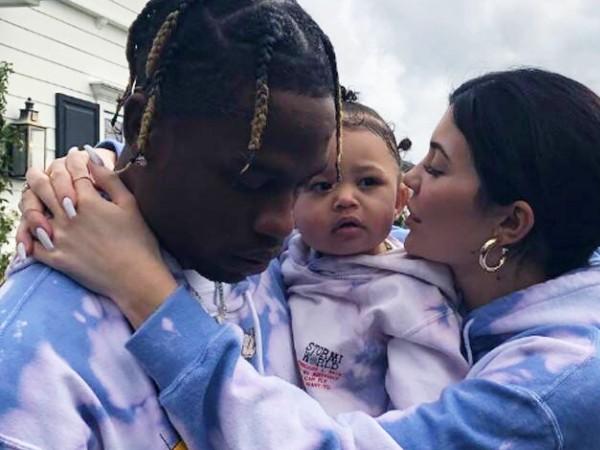 Kembali Terlihat Bersama, Kylie Jenner dan Travis Scott Ajak Stormi Jalan-jalan