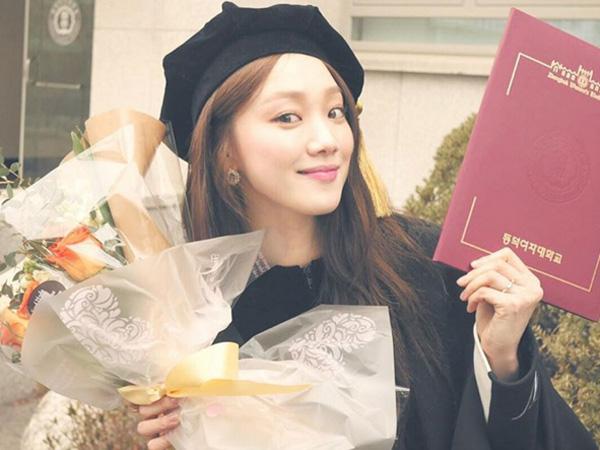 Lee Sung Kyung Tambah Daftar Selebriti yang Lulus Kuliah Awal Tahun Ini!