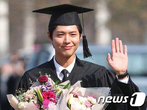 Congraduation, Park Bo Gum Resmi Lulus Kuliah Tepat Waktu!