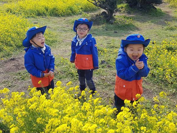 Song Triplet Juga Nikmati Keindahan Bunga Saat Berlibur ke Pulau Jeju!