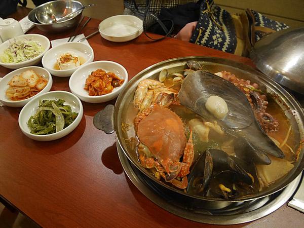 Sambut Musim Dingin dengan Semangkuk Kehangatan Sup Kerang Bening Korea, Jaecheopguk