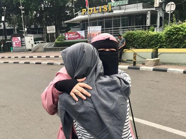 Tepis Rasa Takut Akan Teror dengan Viralnya Aksi 'Peluk Saya' Para Hijaber Bercadar