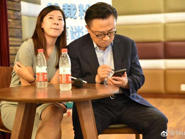 Belum Rilis, CEO Samsung Terlihat Sudah Pakai Galaxy Note 9