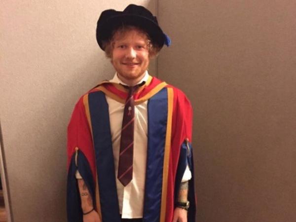 Berkat Lagu 'Thinking Out Loud', Ed Sheeran Terima Gelar Doktor Kehormatan
