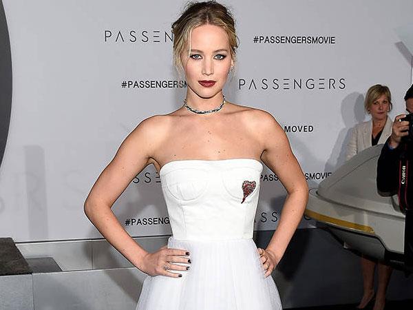 Pesawat Mendarat Darurat, Jennifer Lawrence Merasa Diambang Kematian!