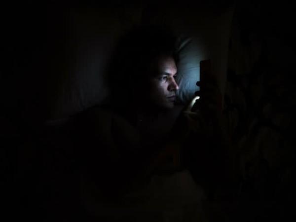 Pria Asal Cina Ini Terkena Stroke Mata Karena Main Ponsel Sambil Gelap-gelapan!