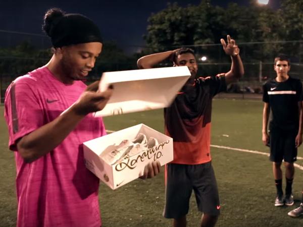 Ronaldinho Berikan Tantangan Berhadiah Sepatu Bola Berlapis Emas